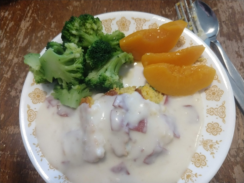 Chipped beef gravy on cornbread with broccoli and peaches